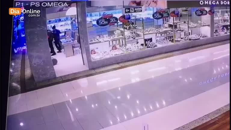 cc6d6c806ed Novas imagens mostram bandidos armados em joalheria no Goiânia Shopping